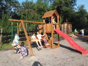 Kaláka spirit: village playground project in Szekelyderzs